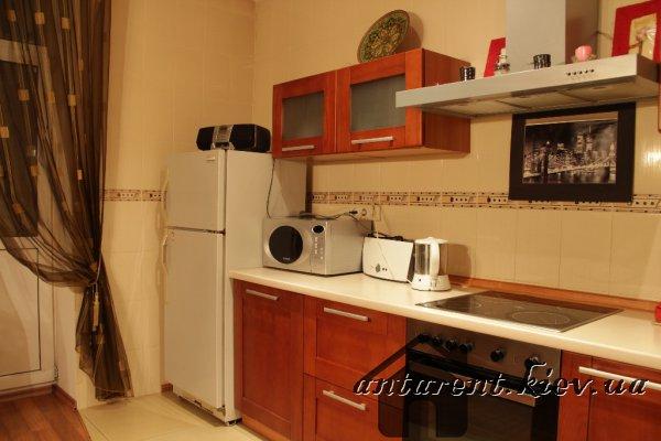 Однокомнатная квартира по просп. Бажана 10, 400 UAH